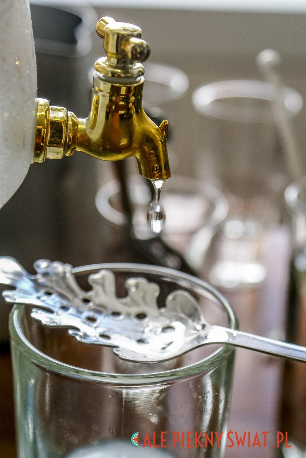 Zielona wróżka, czyli Absynt spływający powoli do szklanki przez specjalną łyżeczkę.