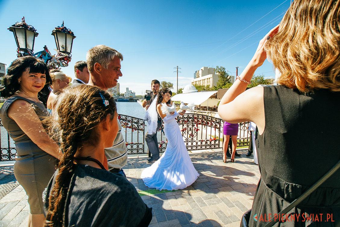 d7b337591f W Rosji ślub to bardzo poważna sprawa. Nie wystarczy błogosławieństwo  urzędnika ani batiuszki. Zawiązaniu małżeńskiego węzła towarzyszą ściśle  określone ...