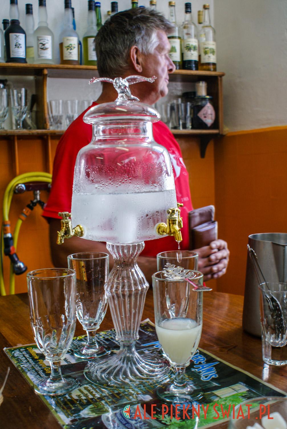 Rytuał przygotowywania Zielonej Wrózki, czyli absyntu, do picia.