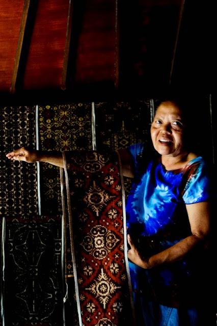 W sklepie z ikatami w Tanaganan