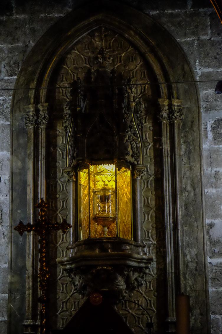 Kaplica w katedrze w Walencji z Świętym Graalem na ołtarzu