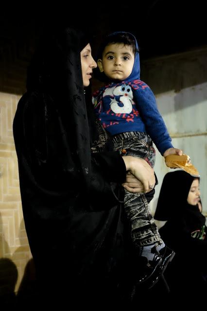Irańska kobieta z dzieckiem na ręku, która wyglada jak madonna. Foto: Dorota Chojnowska