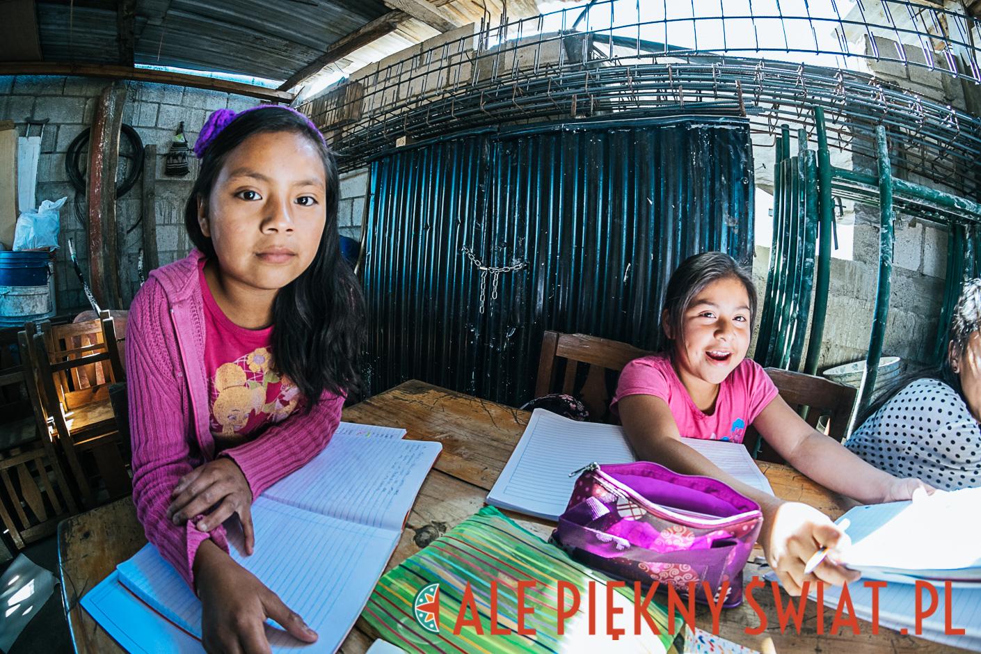 Zajęcia w fundacji Nuevo Amanecer. W Gwatemali Majowie mają trudności z nauką, zajęcia wyrównawcze mają pomóc dziecom w szkole