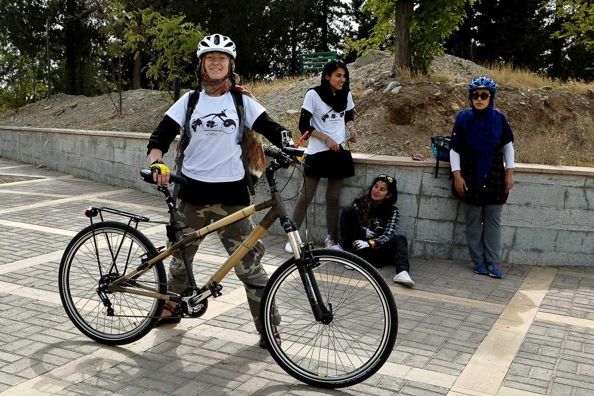 Kobieta na rowerze w iranie