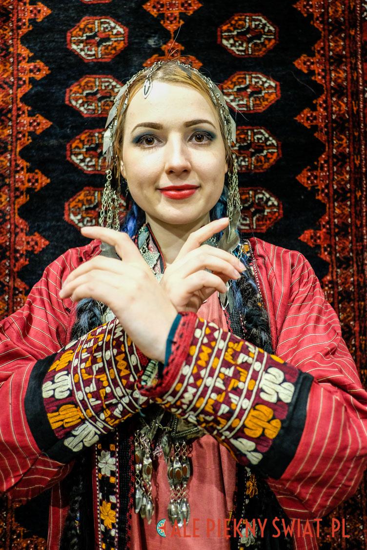 Aleksandra Afsanesara w stroju turkmeńskim