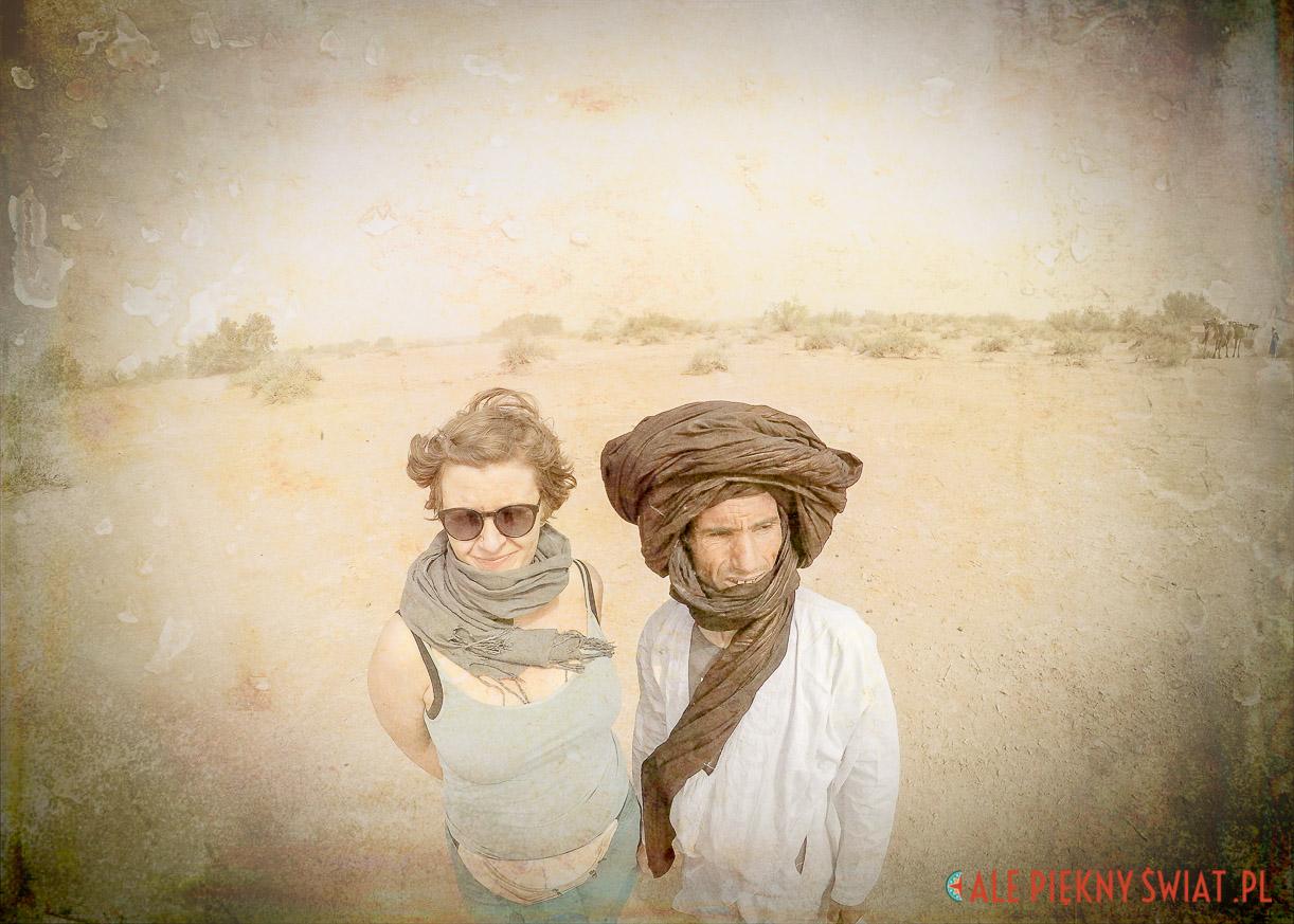 Maroko, reprodukcja fotoobrazu z wystawy sen o Saharze. Własciciele desert campu Chraika - Agata i Mohammad