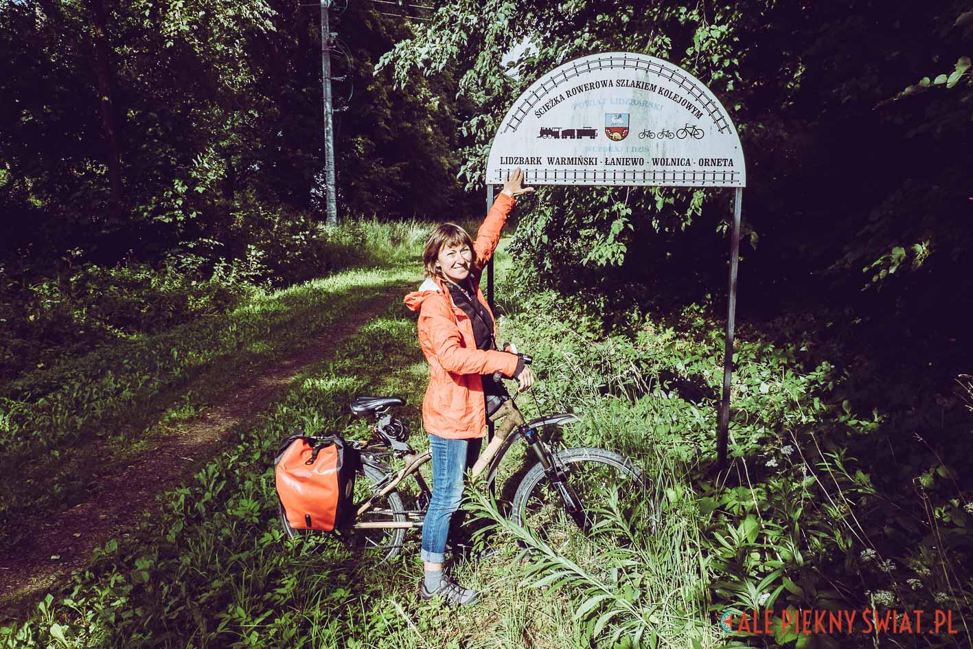 Początek kolejowego szlaku rowerowego w Ornecie. SZlak łączy Ornetę z Lidzbarkiem Warmińskim