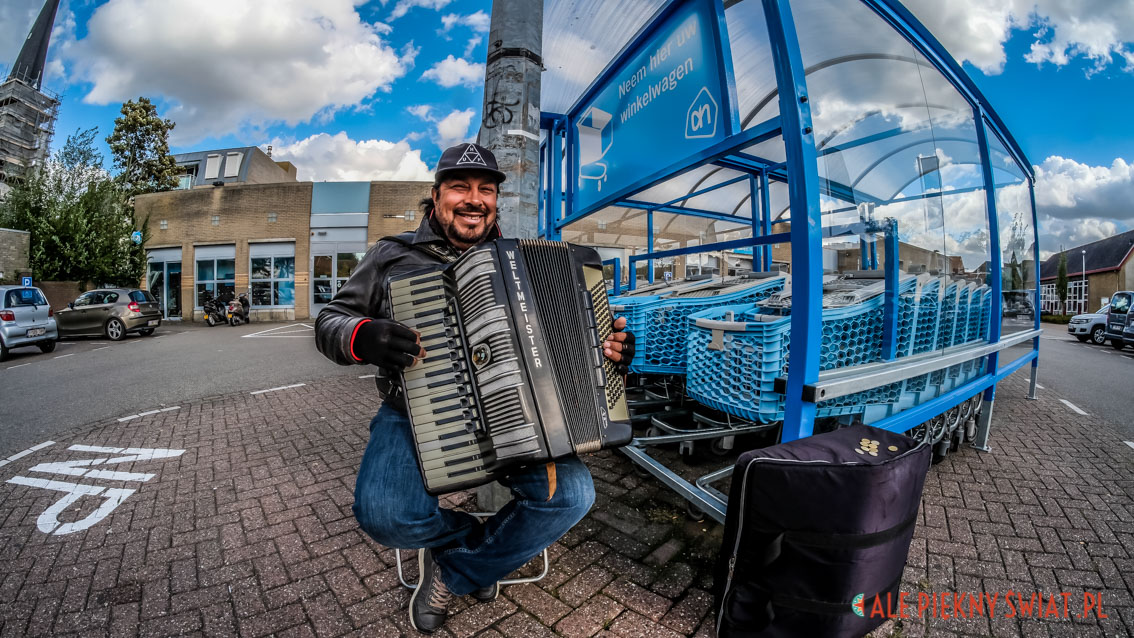 Akordeonista w Sas van Gent w Holandii.