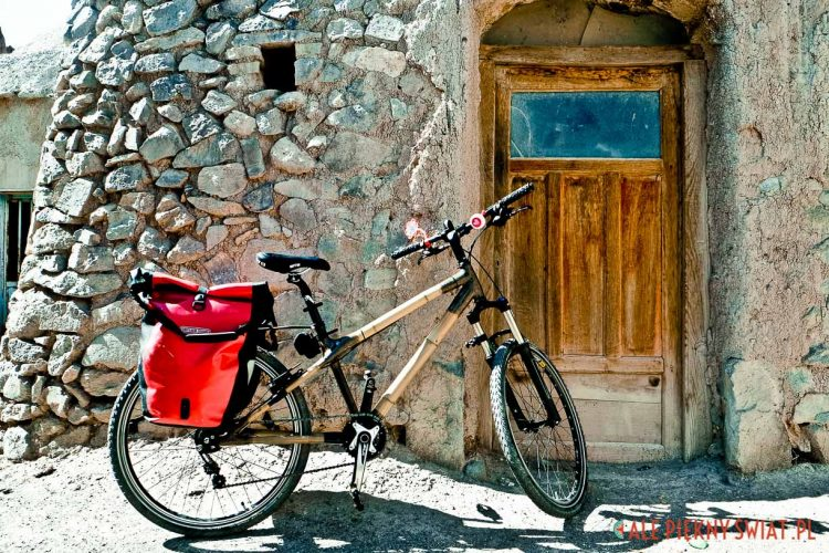 Iran - bambusowy rower w twierdzy w Khorram Dasht