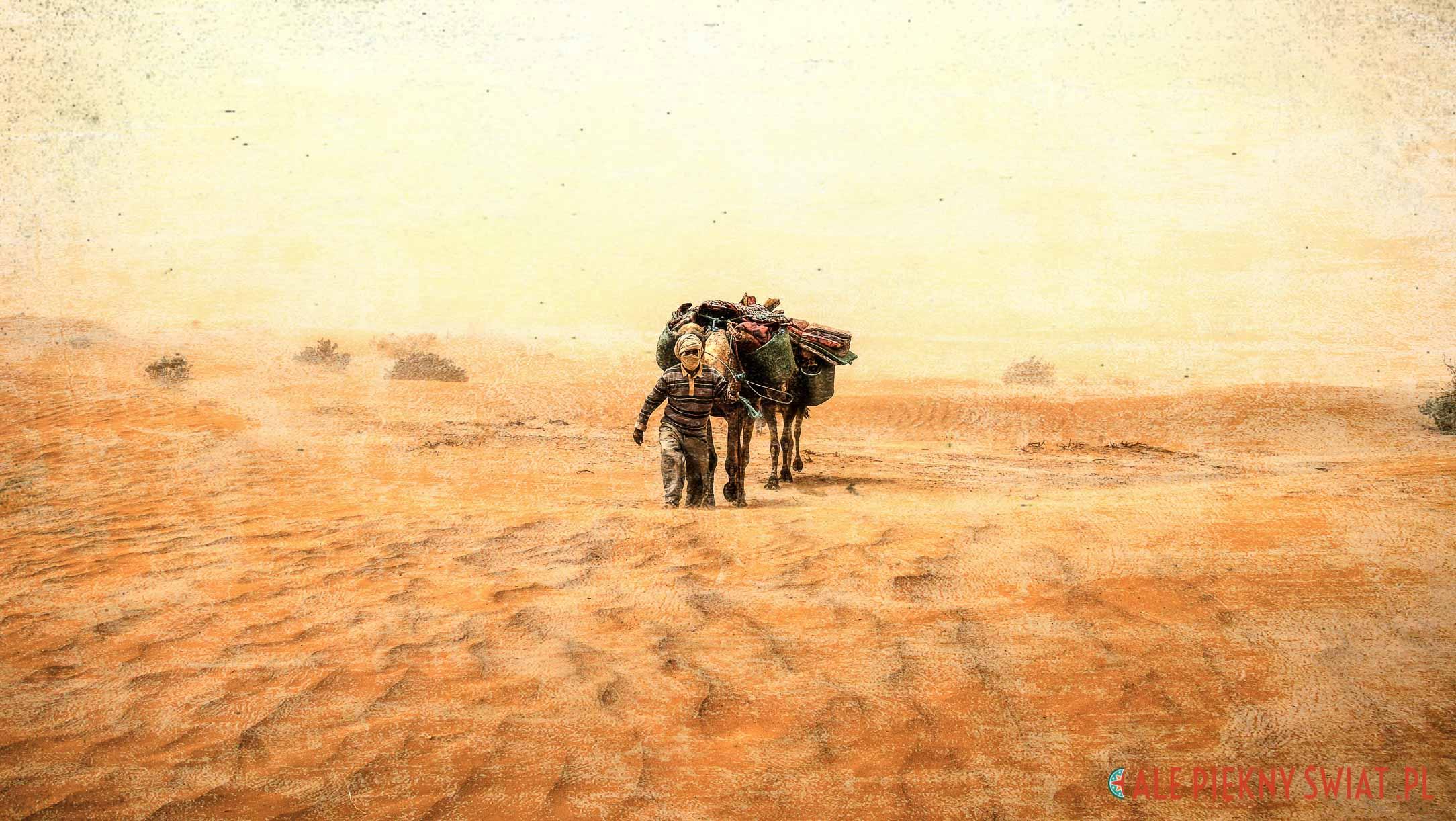 Burza piaskowa w Maroko na Saharze
