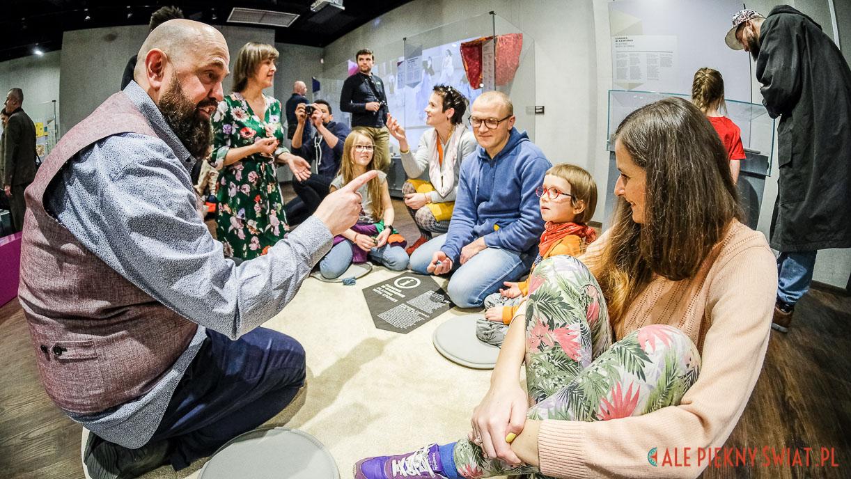 Wernisaż wystawy zabawy z kulturą Tomka Madeja w Muzeum Azji i Pacyfiku w Warszawie