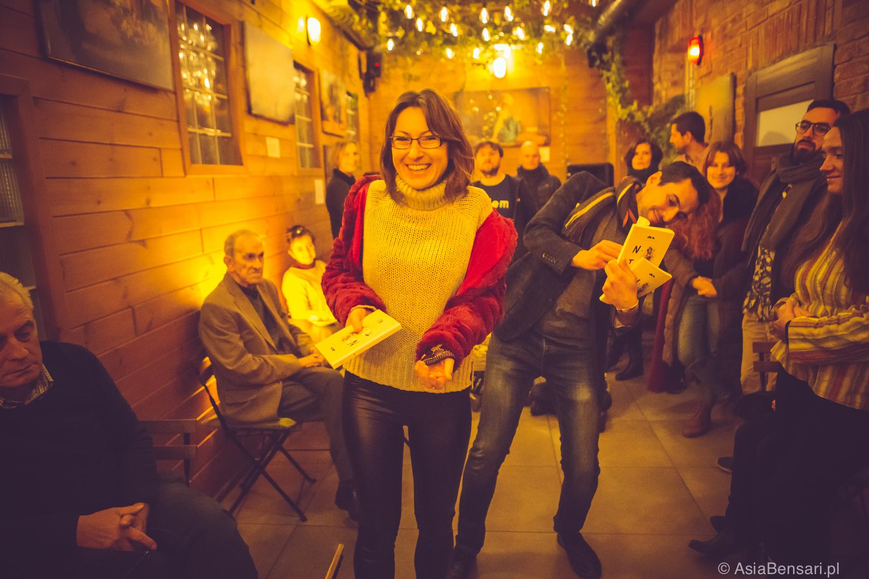 Wernisaż wystawy Sen o Saharze. W rękach trzymamy notes Sen o Saharze.