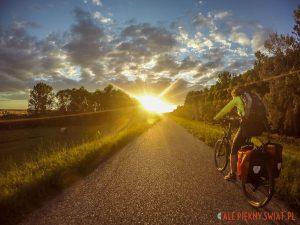 Zachód słońca na węgrzech podczas jazdy na bambusowym rowerze