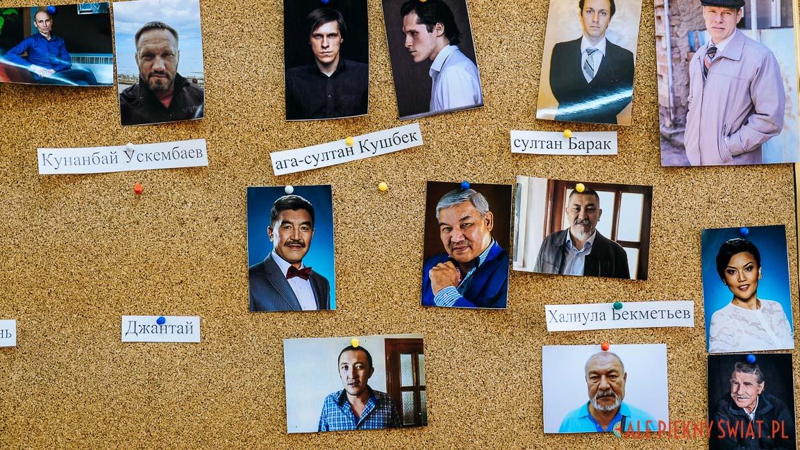 Tablica z odtwórcami głównych ról w filmie o Adolfie Januszkiewiczu w kazachstanie