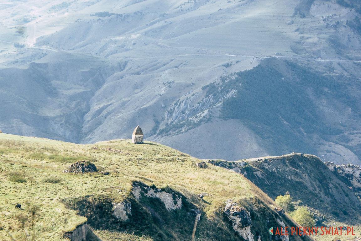 Samotny grobowiec w Osetii na Kaukazie