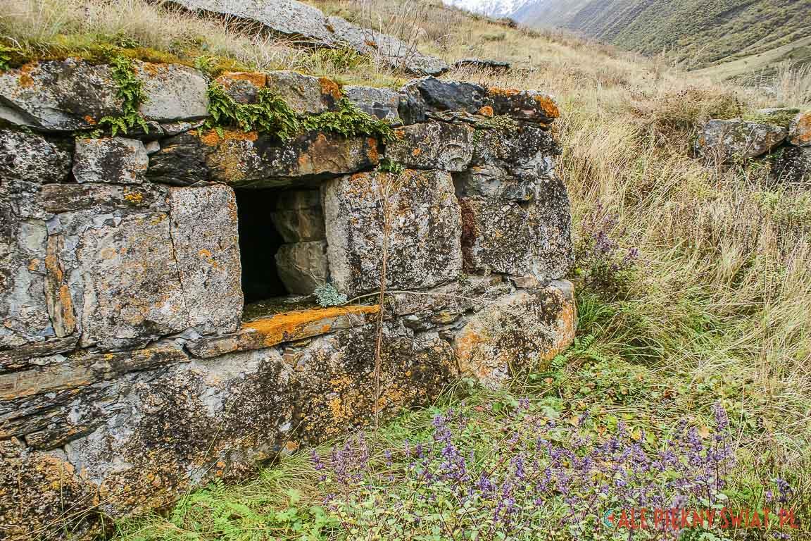 Jeden z grobowców na cmentarzu w Osetii