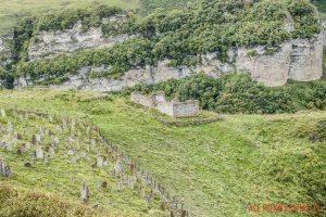 Cmentarz i ruiny meczetu w Czeczenii w okolicach doliny Pankisi