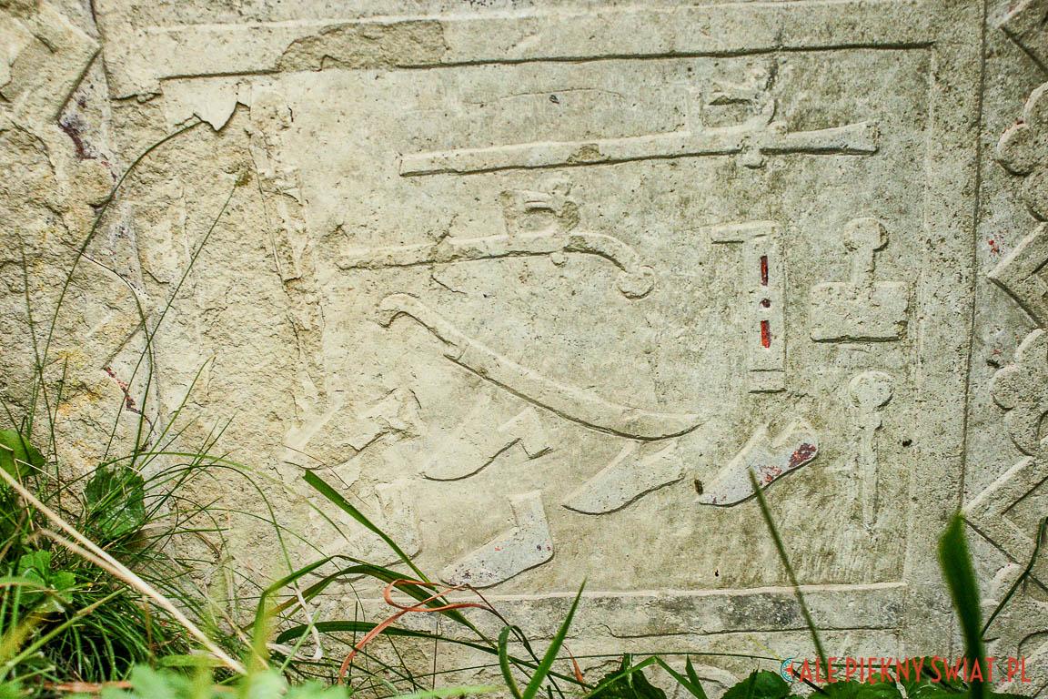 Piktogramy na czeczeńskim nagrobku opisują życie zmarłego