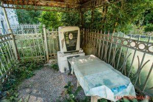 Grób i biesiedka na cmentarzu w Gruzji