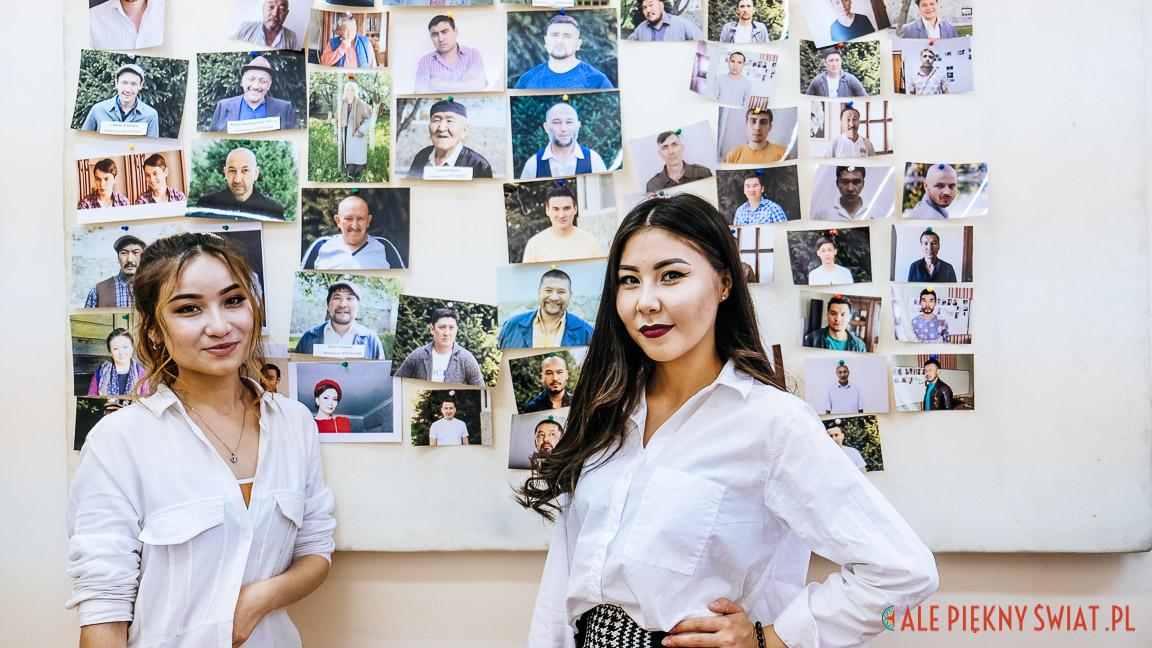 DZiewczyny odpowiedzialne za obsadę aktorską przed ścianą z fotgrafiami aktorów już przypisanych do ról