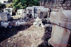 Rzymskie sarkofagi na starożytnym cmentarzysku w Tyrze w Libanie