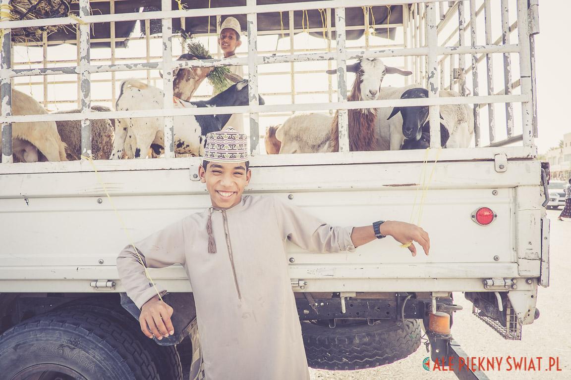 Chłopiec na bazarze zwierząty w Nizwa w Omanie