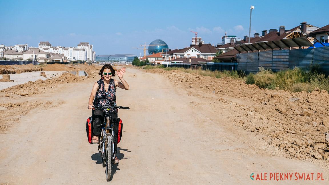 Dorota Chojowska w Nursułtan w Kazachstanie na bambusowym rowerze i z sakwami rowerowymi Extrawheel