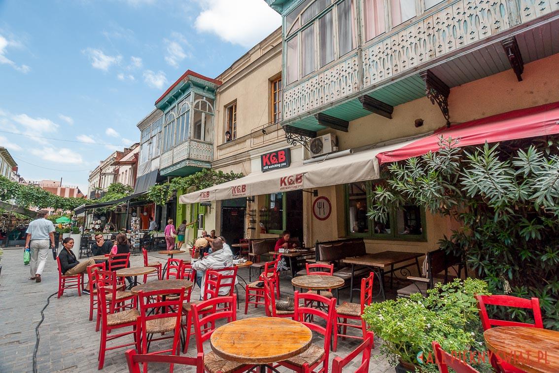 Ulica Eraklego w Tbilisi i wejście do najmniejszego karawanseraju