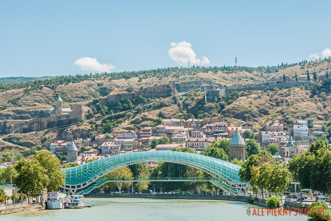 Panorama Tbilisi z mostem zwanym przez gruzinów podpaską.