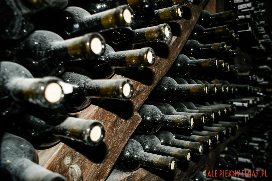 Gruzińskie wina w piwniczce winnej
